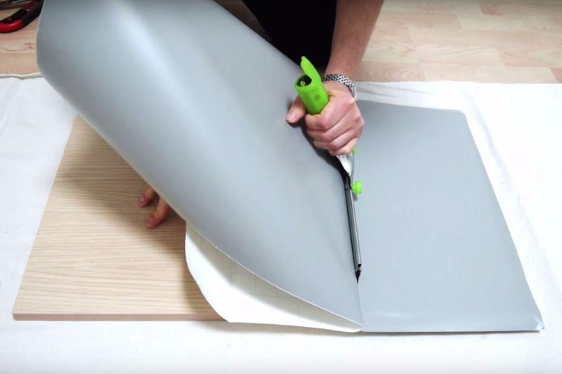 V deo tutorial truco para forrar con vinilo sin dejar - Papel para forrar muebles de cocina ...