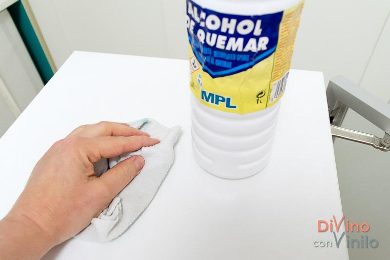 limpiar la superficie con alcohol de quemar antes de forrar un mueble con vinilo adhesivo