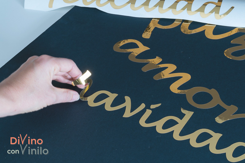 cartel navideño con letras doradas